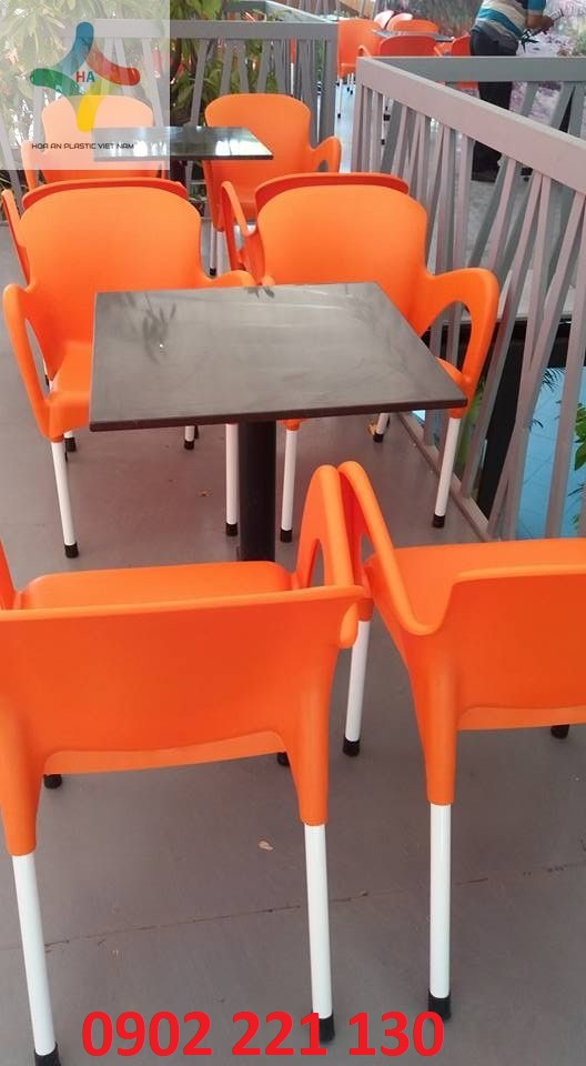 Bài trí không gian với ghế có kiểu dáng tối giản, tinh tế